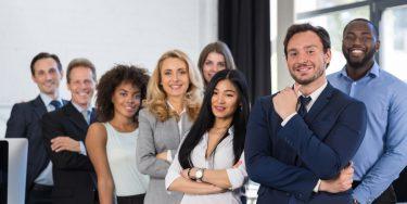 多様な人材をまとめるリーダーの要素と組織を成功に導くチーム運営のステップ